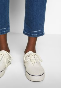 CLOSED - PEDAL PUSHER - Relaxed fit jeans - blue denim - 6