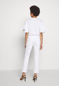 CLOSED - PEDAL QUEEN MID WAIST CROPPED LENGTH - Slim fit jeans - white - 2