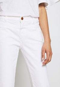 CLOSED - PEDAL QUEEN MID WAIST CROPPED LENGTH - Slim fit jeans - white - 4