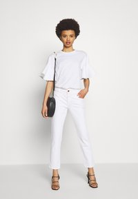 CLOSED - PEDAL QUEEN MID WAIST CROPPED LENGTH - Slim fit jeans - white - 1