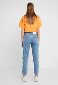 CLOSED - CROPPED X - RELAXED FIT CROPPED LENGTH - Relaxed fit jeans - mid blue