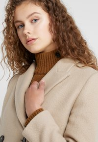 CLOSED - CROSS - Cappotto classico - honey - 3