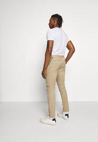 CLOSED - CLIFTON SKINNY - Chino kalhoty - pebble - 2