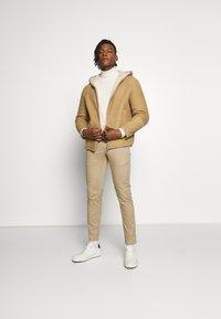 CLOSED - CLIFTON SKINNY - Chino kalhoty - pebble - 1