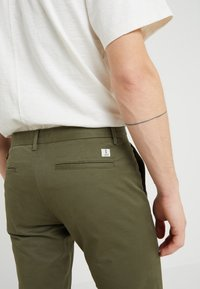 CLOSED - CLIFTON SKINNY - Chino - deep woods - 3
