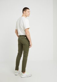CLOSED - CLIFTON SKINNY - Chino - deep woods - 2