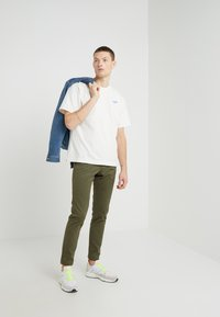CLOSED - CLIFTON SKINNY - Chino - deep woods - 1
