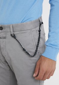 CLOSED - CLIFTON SLIM - Chino - shade grey - 4