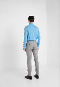 CLOSED - CLIFTON SLIM - Chino - shade grey - 2