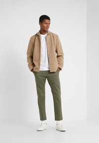 CLOSED - ATELIER CROPPED - Chino - deep woods - 1