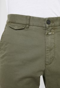 CLOSED - ATELIER CROPPED - Chino - deep woods - 5