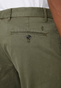 CLOSED - ATELIER CROPPED - Chino - deep woods - 3