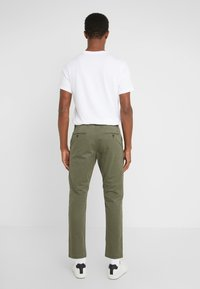 CLOSED - ATELIER CROPPED - Chino - deep woods - 2