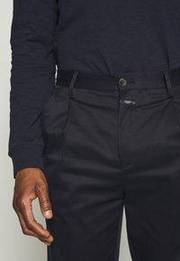 CLOSED - BOSTON RELAXED - Spodnie materiałowe - dark night - 5