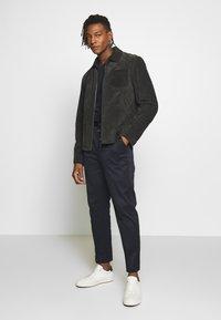 CLOSED - BOSTON RELAXED - Spodnie materiałowe - dark night - 1