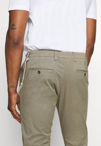 CLOSED - ATELIER CROPPED - Trousers - soft khaki - 5
