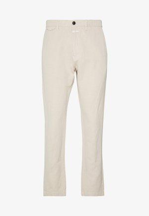 ATELIER CROPPED - Chino kalhoty - barely beige