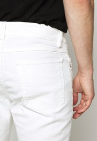 CLOSED - UNITY SLIM - Slim fit jeans - ivory - 3