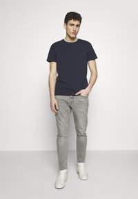 CLOSED - COOPER - Jeans Tapered Fit - mid grey - 1