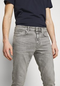 CLOSED - COOPER - Jeans Tapered Fit - mid grey - 3