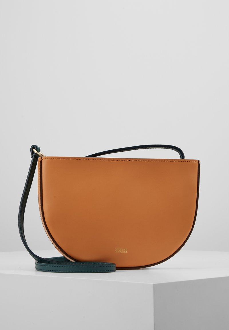 CLOSED - MYRTLE - Taška spříčným popruhem - caramel