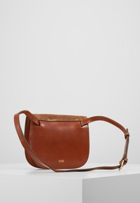 CLOSED - HOLLY FLAPOVER SHOULDER - Across body bag - golden oak - 2