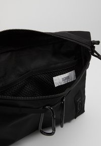 CLOSED - Taška spříčným popruhem - black - 3