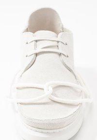 Clarks Originals - SEVEN - Chaussures à lacets - white - 2