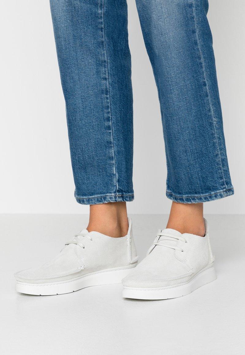 Clarks Originals - SEVEN - Chaussures à lacets - white