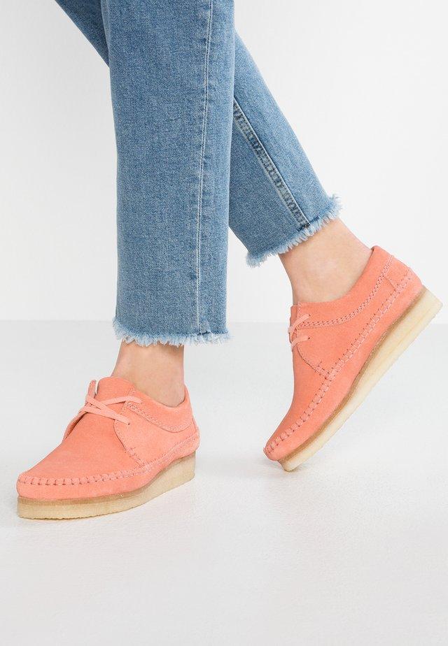 WEAVER - Sznurowane obuwie sportowe - coral