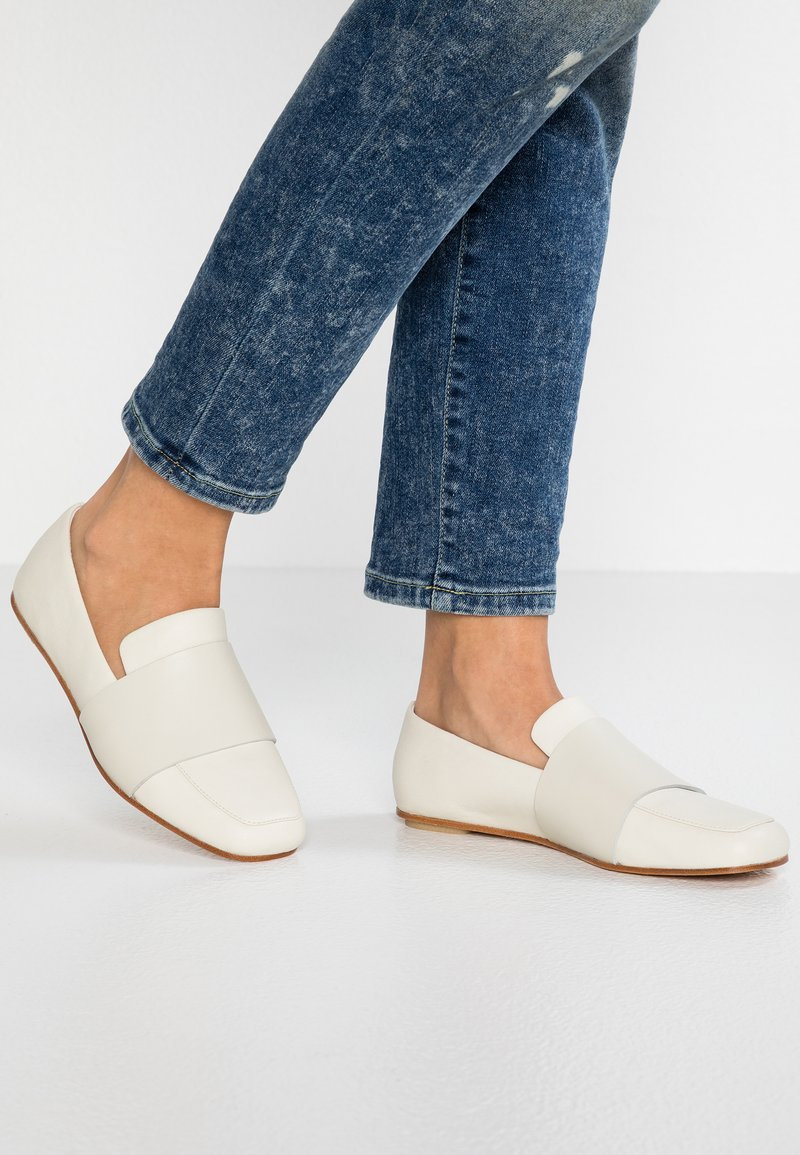 Clarks Originals - MARGOT LOAFER - Scarpe senza lacci - white