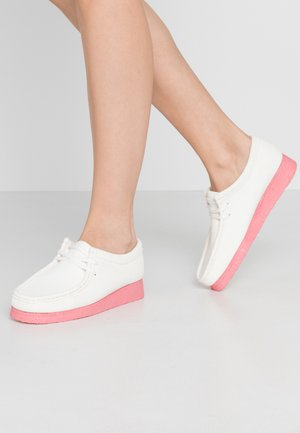 WALLABEE - Chaussures à lacets - bright white