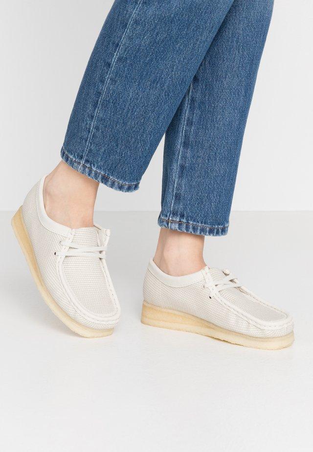 WALLABEE VEGAN - Zapatos con cordones - offwhite