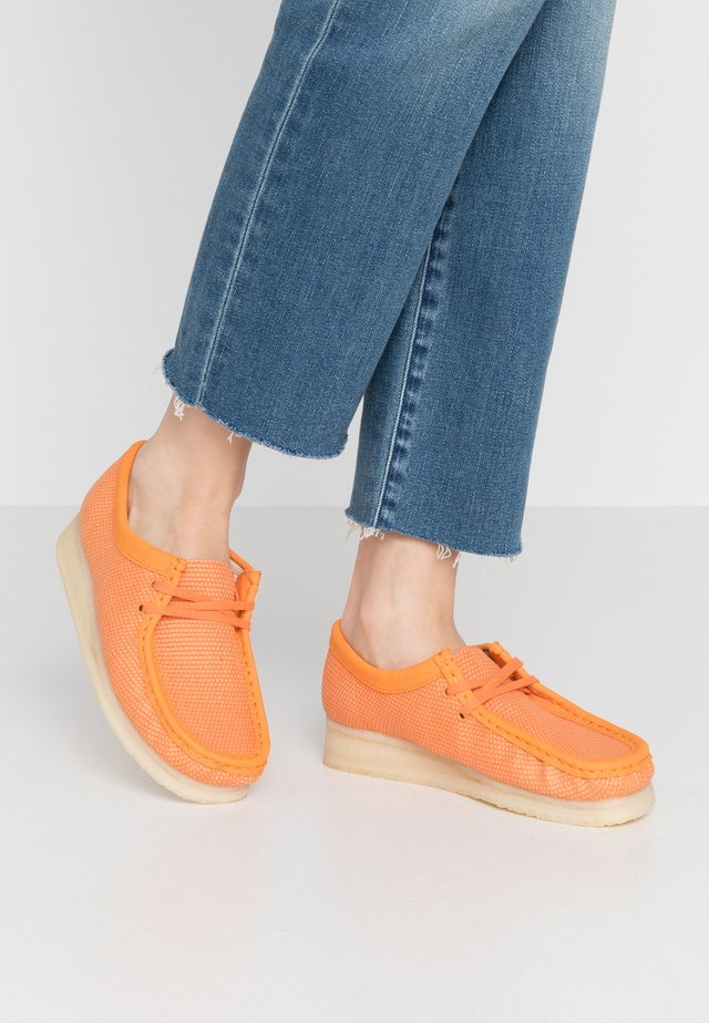 WALLABEE VEGAN - Chaussures à lacets - orange