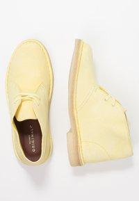 Clarks Originals - DESERT BOOT - Sportiga snörskor - pale yellow - 3