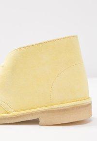 Clarks Originals - DESERT BOOT - Sportiga snörskor - pale yellow - 2