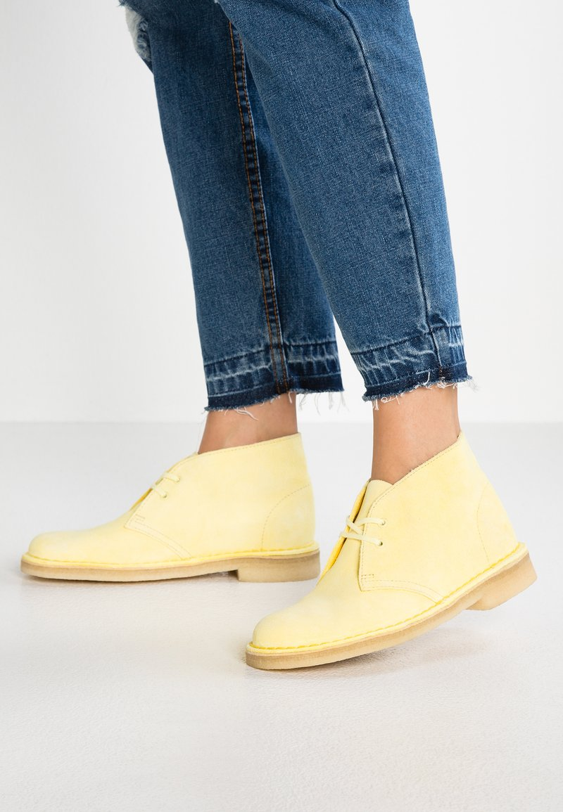 Clarks Originals - DESERT BOOT - Casual lace-ups - pale yellow