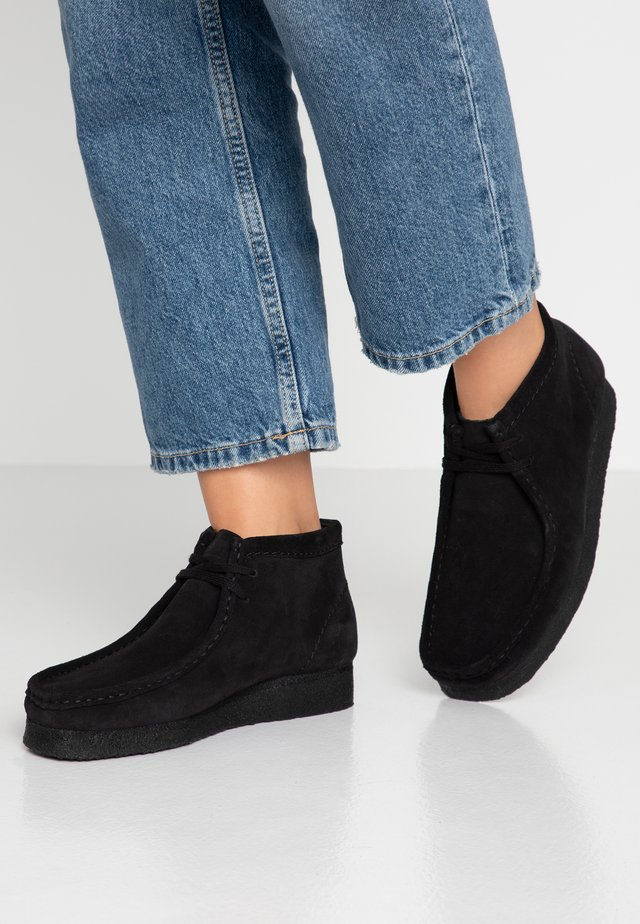 WALLABEE BOOT - Casual lace-ups - black