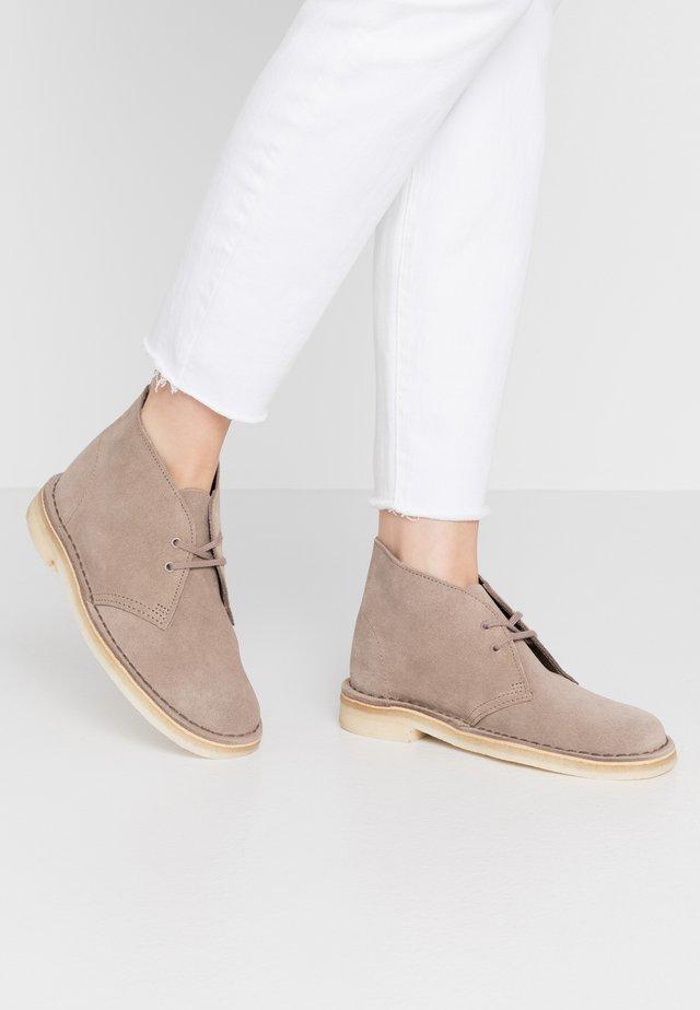 DESERT BOOT - Sznurowane obuwie sportowe - mushroom
