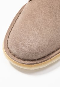 Clarks Originals - DESERT BOOT - Casual lace-ups - mushroom - 2