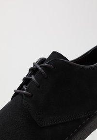 Clarks Originals - DESERT LONDON - Stringate sportive - black - 5