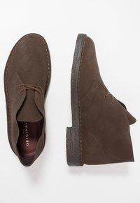 Clarks Originals - DESERT - Stringate sportive - brown - 1