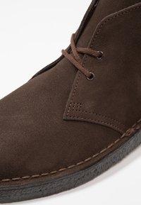 Clarks Originals - DESERT - Stringate sportive - brown - 5