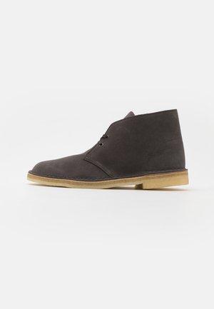 DESERT BOOT - Šněrovací kotníkové boty - slate grey