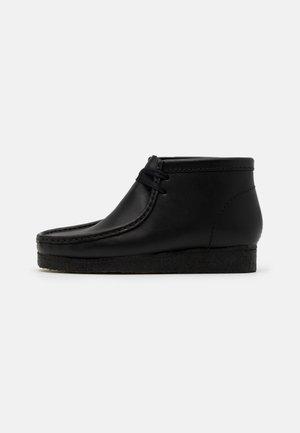 WALLABEE - Volnočasové šněrovací boty - black