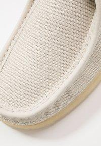 Clarks Originals - WALLABEE-SCHNÜRSENKEL-WEISS - Casual lace-ups - Cremeweißes Textil - 5