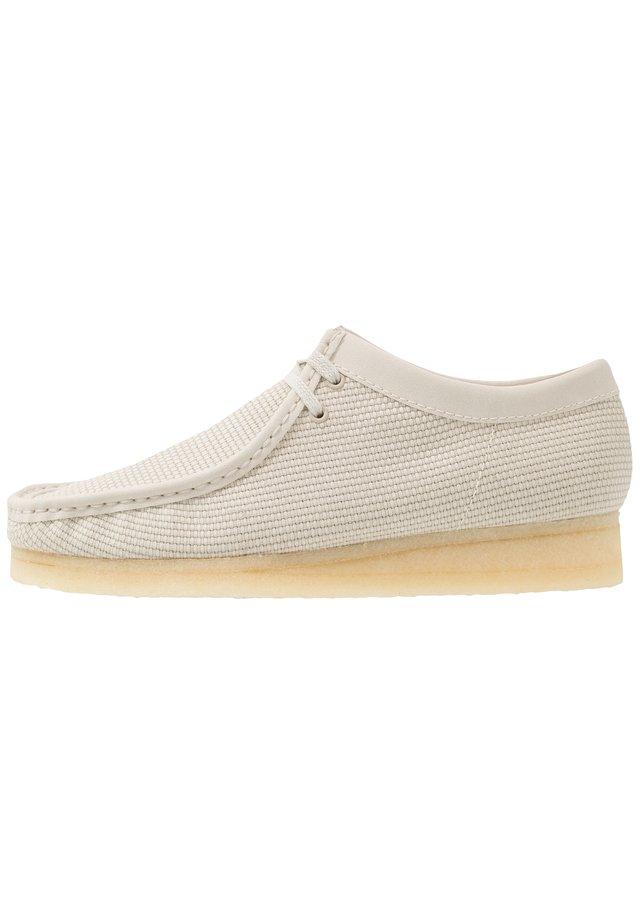 WALLABEE-SCHNÜRSENKEL-WEISS - Zapatos con cordones - Cremeweißes Textil