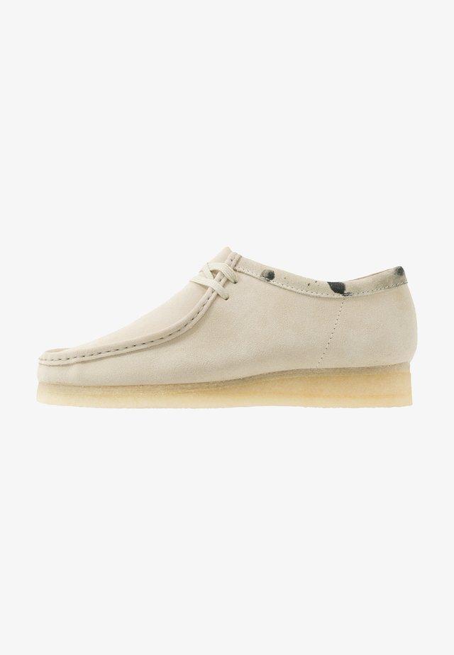 WALLABEE-SCHNÜRSENKEL-WEISS - Zapatos con cordones - offwhite