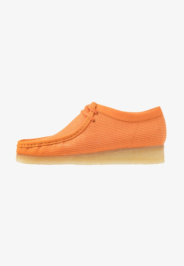 WALLABEE-SCHNÜRSENKEL-WEISS - Sporty snøresko - orange