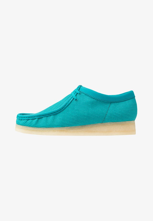 WALLABEE-SCHNÜRSENKEL-WEISS - Casual lace-ups - teal